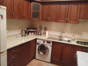 A cozinha ou cozinha compacta de Between 28may Metro station and National Boulevard Seaside Park