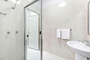 A bathroom at Comfort Inn Parklands Calliope