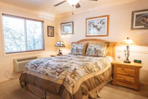 A bed or beds in a room at Yellowstone Gateway Inn