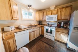 A kitchen or kitchenette at Yellowstone Gateway Inn