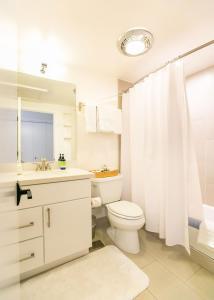 A bathroom at Glendeven Inn & Lodge