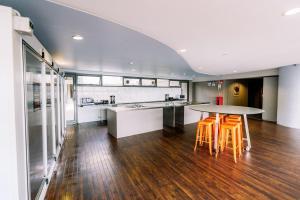 A kitchen or kitchenette at Gilligan's Backpacker Hotel & Resort Cairns