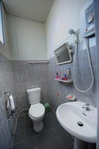 Ein Badezimmer in der Unterkunft Cinderella Hotel