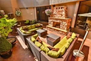 A seating area at Crowne Plaza Hotel Portland-Downtown Convention Center, an IHG Hotel