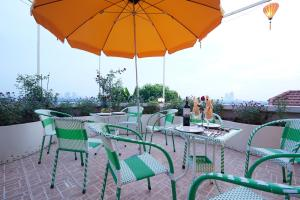 A restaurant or other place to eat at Lucky Budda Inn Villa