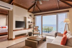 A seating area at Crimson Resort and Spa - Mactan Island, Cebu