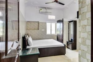 A bathroom at SPOT ON 37356 Hotel Jawahar Palace
