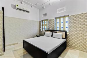 A bed or beds in a room at SPOT ON 37356 Hotel Jawahar Palace