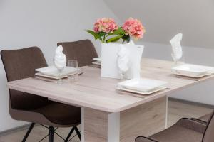 A restaurant or other place to eat at Luft Apartments nahe Messe Düsseldorf und Airport 3A