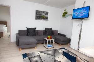 A seating area at Luft Apartments nahe Messe Düsseldorf und Airport 3A