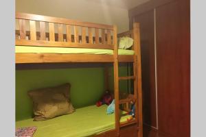 Uma ou mais camas em beliche em um quarto em TBL Tahiti Blue Lagoon