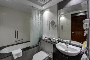 A bathroom at Marina View Deluxe Hotel Apartment