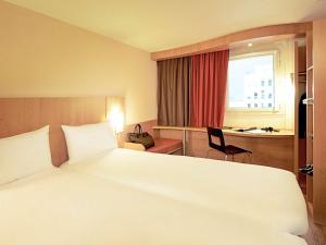 Een bed of bedden in een kamer bij Hotel ibis Lisboa Jose Malhoa