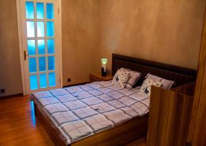 Cama ou camas em um quarto em Funicular-Seaside&Flame Towers View Apartment by Atbaku.com