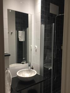 A bathroom at Södra Hotellet