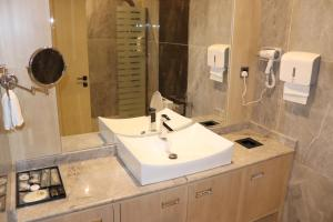 Um banheiro em Msharef Al Alam Suites Jazan