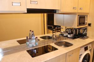 A cozinha ou cozinha compacta de Msharef Al Alam Suites Jazan