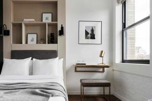 Un ou plusieurs lits dans un hébergement de l'établissement Walker Hotel Tribeca
