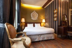 A bed or beds in a room at Hotel Diamonds and Pearls
