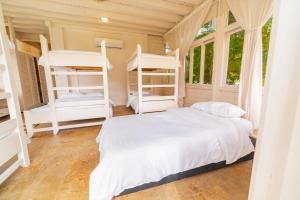 A bunk bed or bunk beds in a room at Quinta del Mar Tintipán