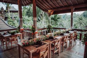 A restaurant or other place to eat at Pondok Sebatu Villa