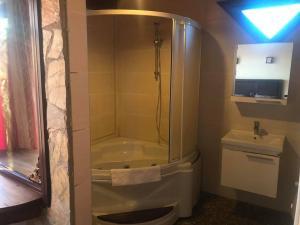 حمام في فندق سانتا روزا