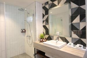 A bathroom at Baitong Hotel & Resort Phnom Penh