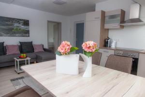 A kitchen or kitchenette at Luft Apartments nahe Messe Düsseldorf und Airport 3B