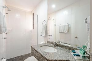 A bathroom at Slaviero Essential Curitiba Shopping