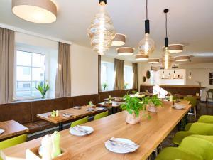 Ein Restaurant oder anderes Speiselokal in der Unterkunft Das Grüne Hotel zur Post - 100 % BIO