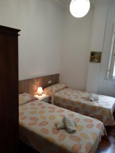 A bed or beds in a room at Pensión Hedrass