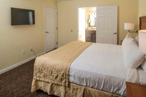 A bed or beds in a room at Desert Paradise Resort By Diamond Resorts