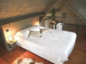 A bed or beds in a room at La cabane du chasseur