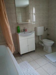 A bathroom at Old Pensiunea Otopeni