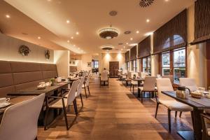 Ein Restaurant oder anderes Speiselokal in der Unterkunft halbersbacher. sunderland hotel