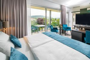 A bed or beds in a room at Best Western Plus Kurhotel an der Obermaintherme