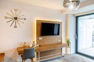 A television and/or entertainment centre at Apartamenty Almar Seaside Park Private