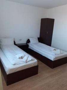A bed or beds in a room at Old Pensiunea Otopeni