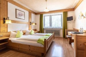 A bed or beds in a room at Hotel-Gasthof Zum Dragoner
