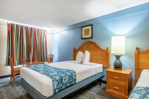 A bed or beds in a room at Knights Inn - Maingate Kissimmee