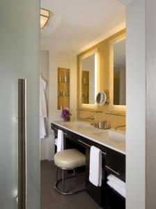 Een badkamer bij Hotel Breakwater South Beach