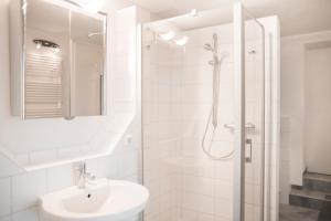 A bathroom at Bed & Breakfast Unter den Linden