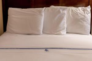 A bed or beds in a room at Bonnie Castle Resort & Marina