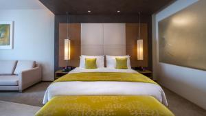 سرير أو أسرّة في غرفة في Mövenpick Hotel du Lac Tunis