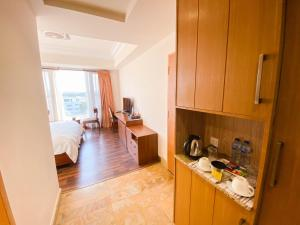 A kitchen or kitchenette at Woodpecker Suites & Hotels