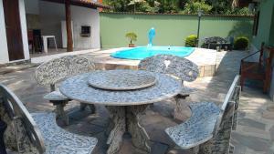 A piscina localizada em Casa Recanto Azul ou nos arredores
