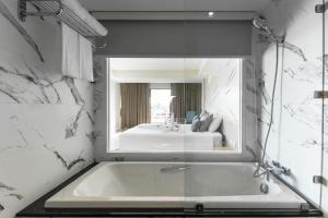 Een badkamer bij Methavalai Hotel