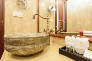 A bathroom at Khaolak Oriental Resort