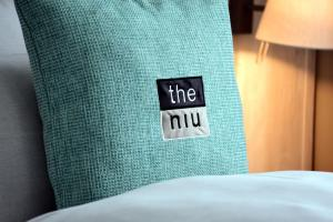 A bed or beds in a room at the niu Seven