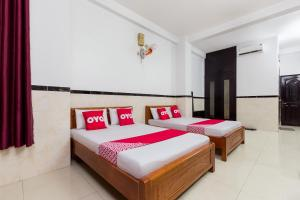 A bed or beds in a room at OYO 556 KASA Hotel